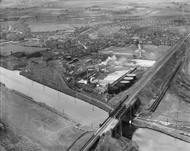 EPW045089_British_Tar_Products_Ltd_and_the_Manchester_Ship_Canal_Cadishead_from_the_east_1934_Smaller-800x638